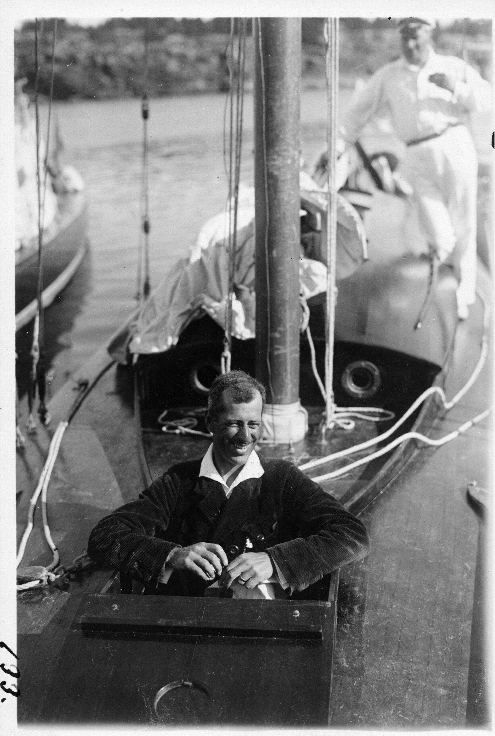 I förluckan Herr Yngve Pacius och i bakgrunden Karl Edvard Jonsson vid Sandhamnsregattan 1922. Foto ©SCIF