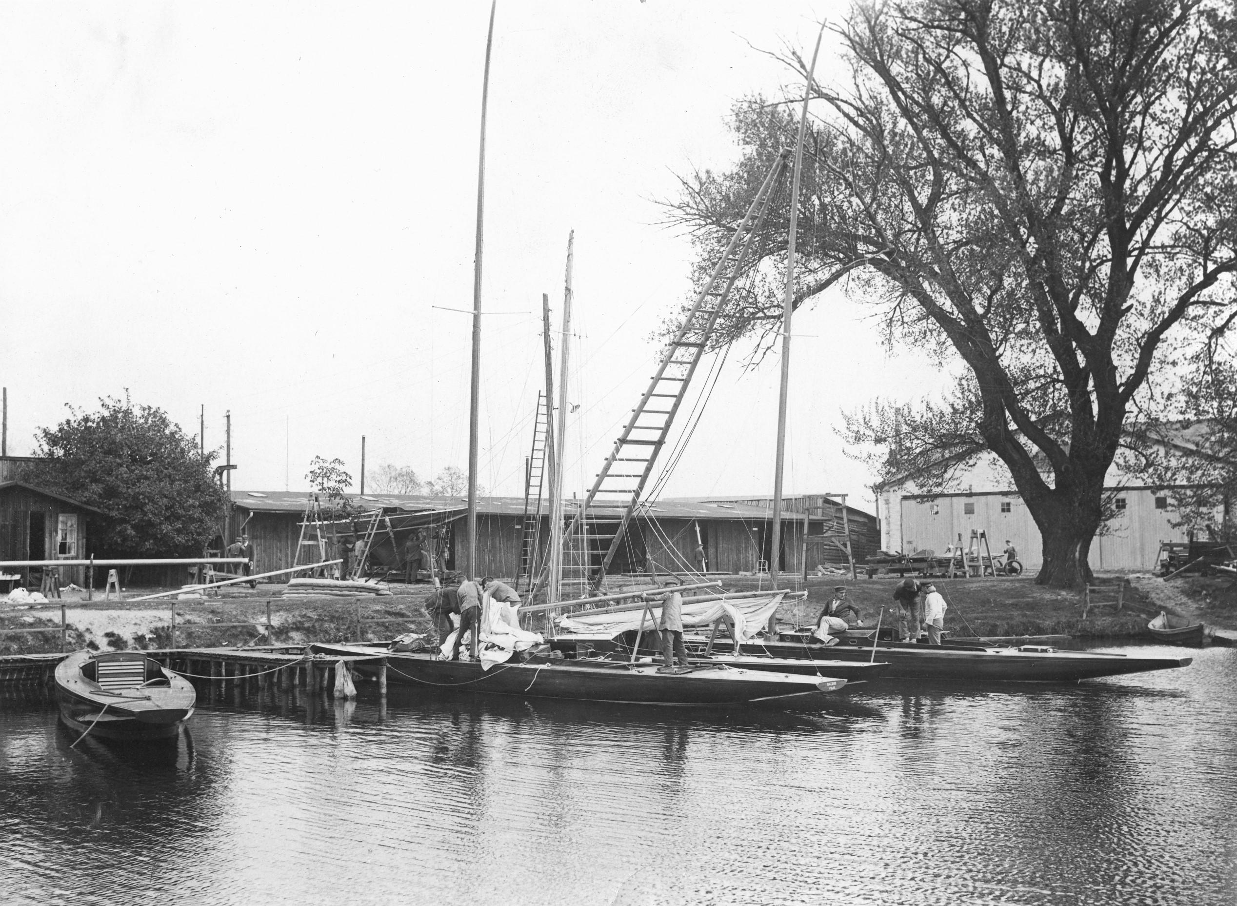Pabst Werft i Köpenick i början 1920-talet under färdigställande av fyra skärgårdskryssare i sjön och en för sjösättning. ©Pekka Barck
