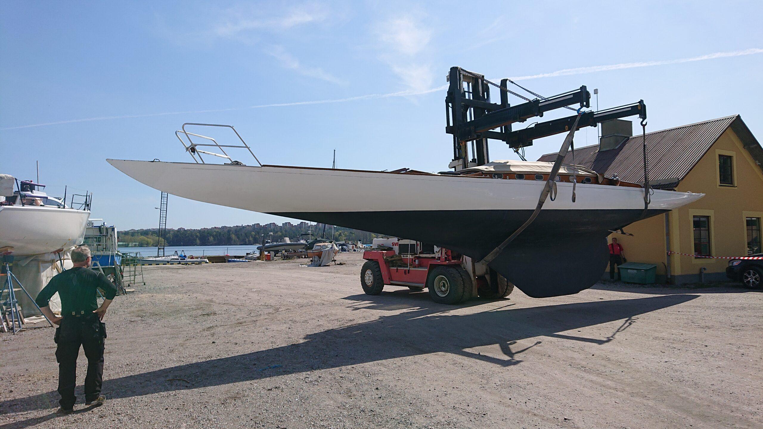 På väg till sjön. Millimeterpassning mellan klubbhus och andra båtar! Långsmala båtar ger specifik utmaningar.