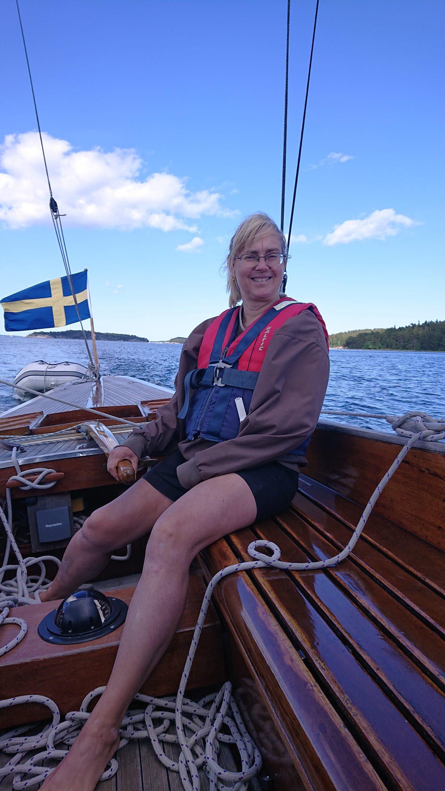 Katarina vid rodret under söndagssegling på Nämdöfjärden den 13 juni 2021. Foto ©Magnus Swahn