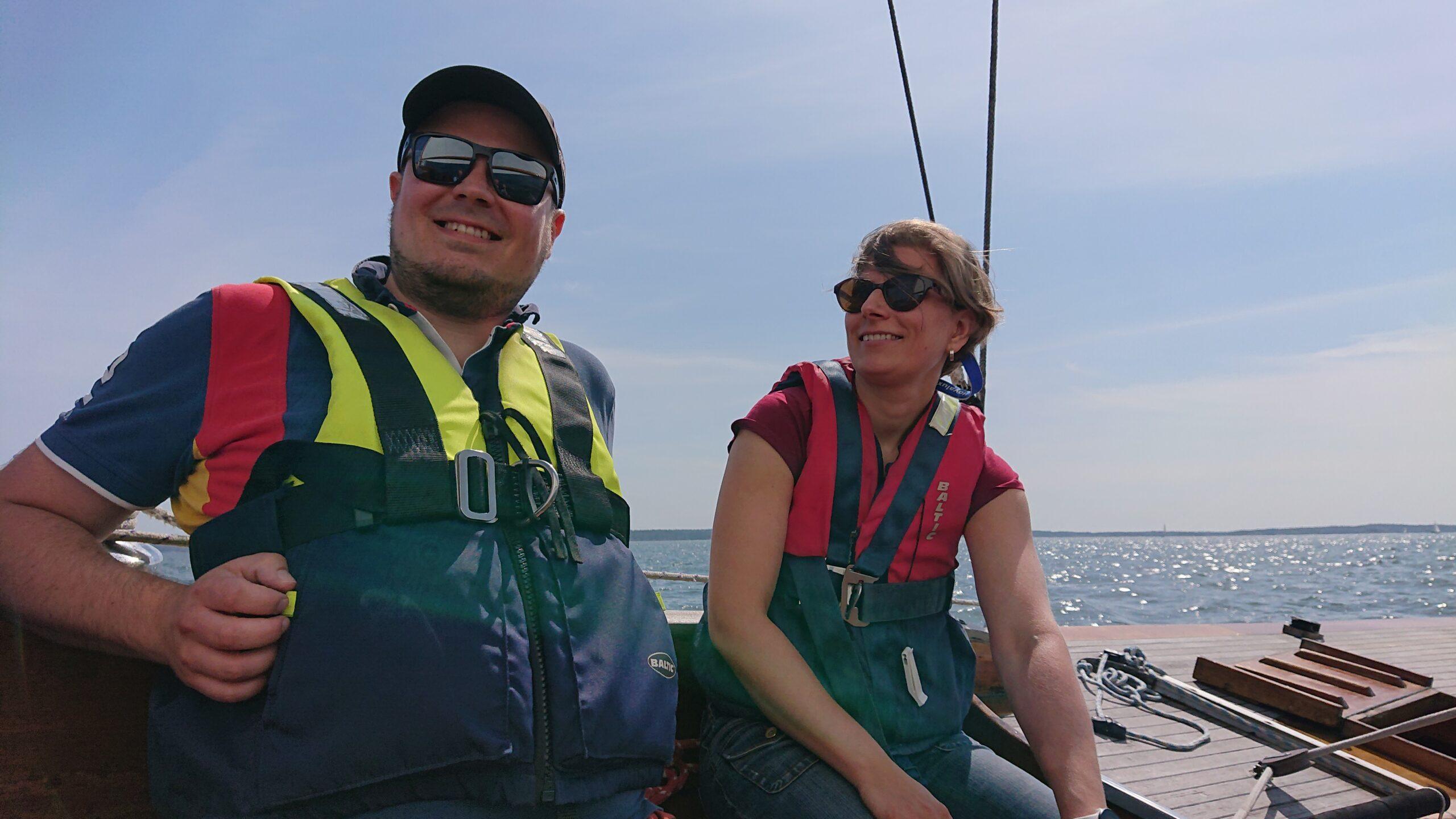 Barnen någonstans nere i båten, nu är det fritt fram för vår segling... Foto © Magnus Swahn