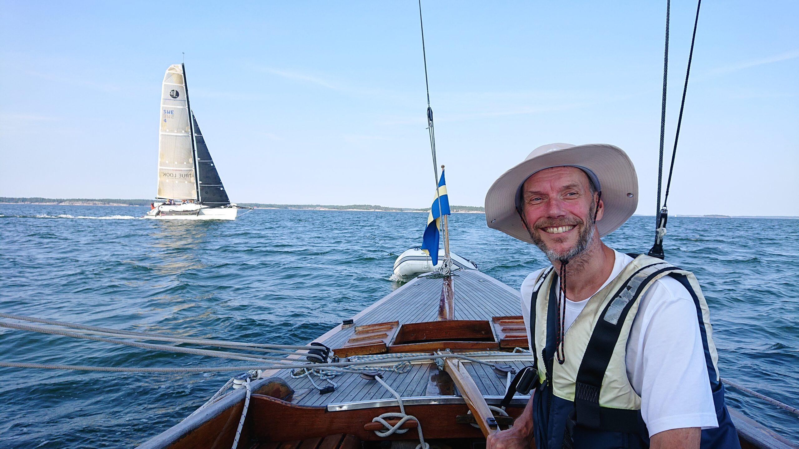 Svårbedömd situation för väjning  med  trimaran som seglade i minst dubbla hastigheten. Foto © Katarina  Swahn