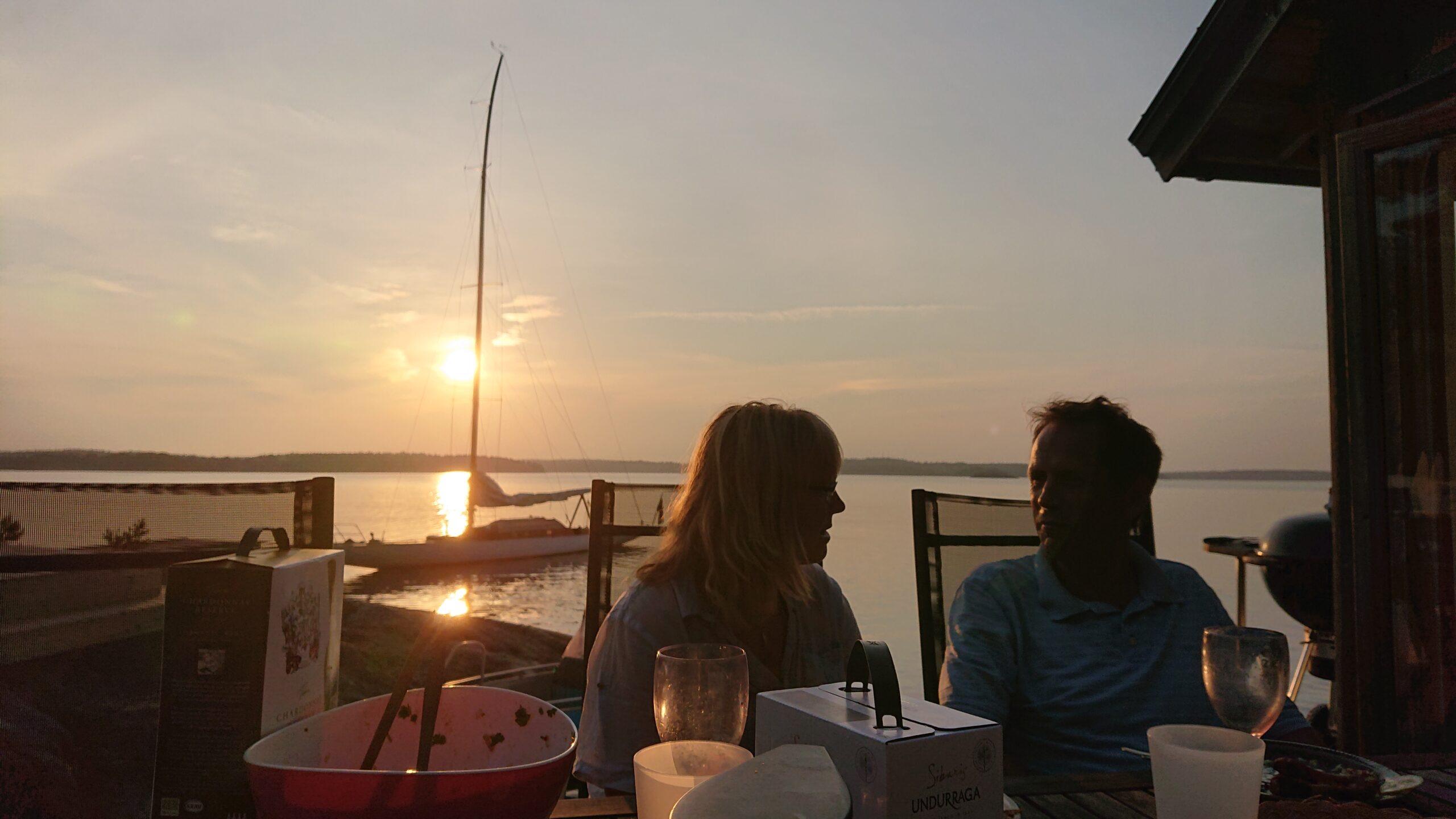 Middag i fantastisk solnedgång på Smådalarö med Maja och Krister med familj. Foto © Magnus Swahn