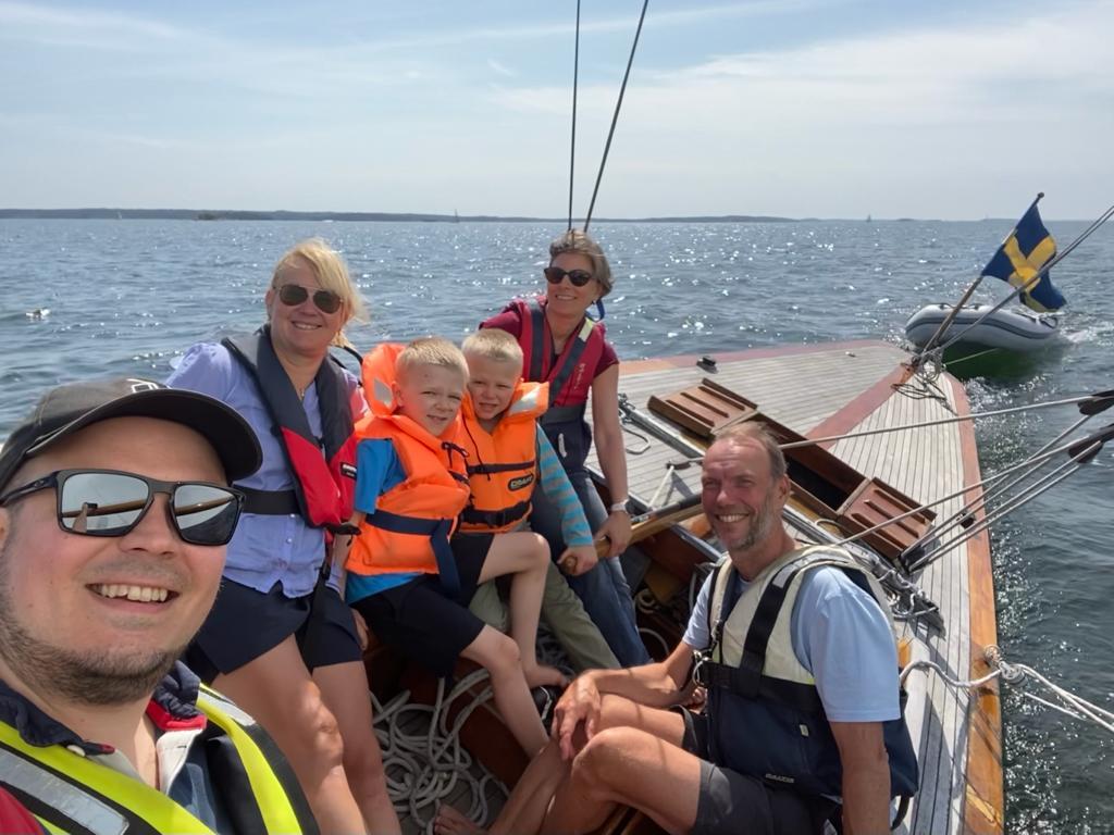 Glada seglare på Nämdöfjärden.  Foto © Andreas Slotte
