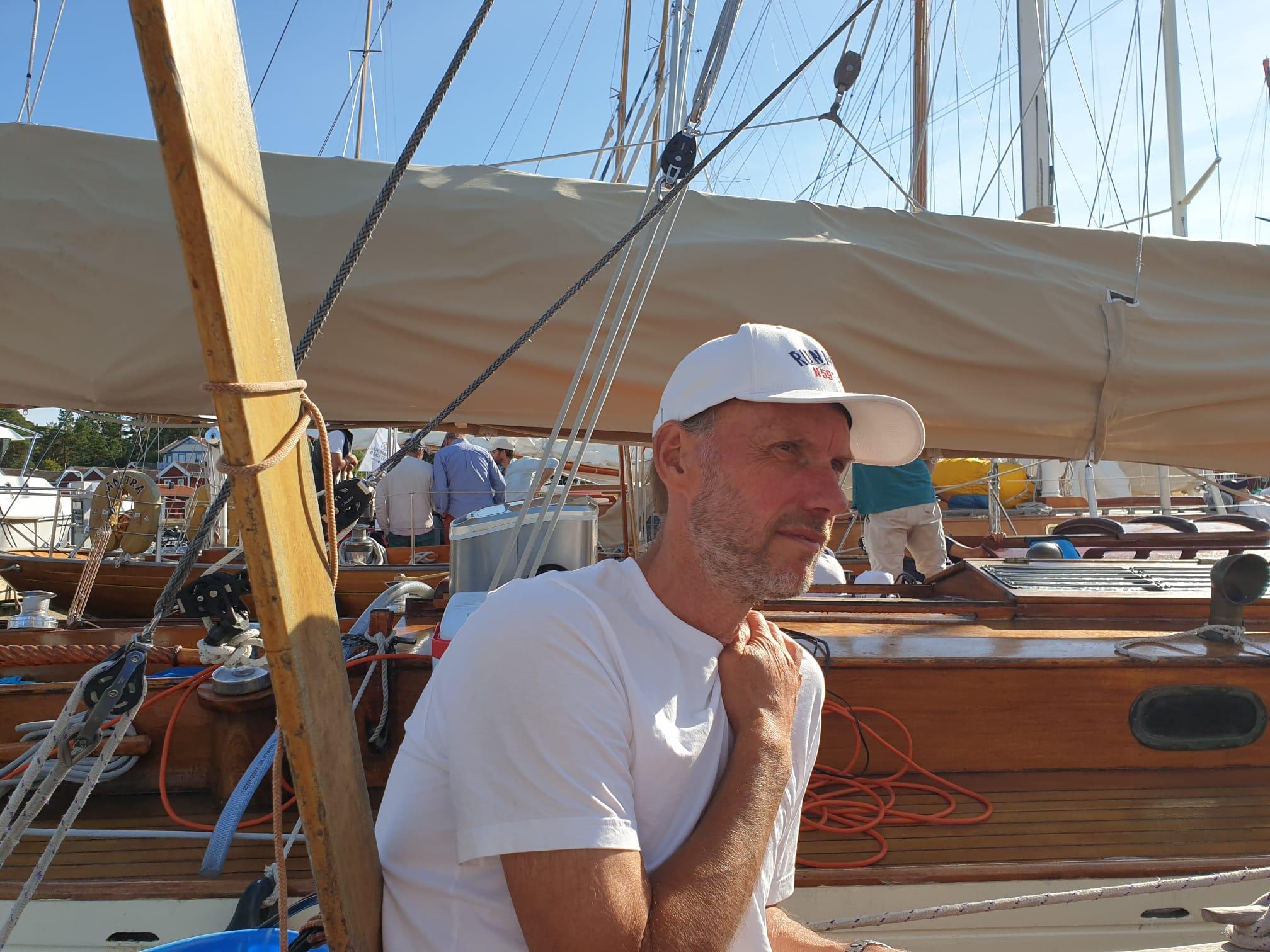 Magnus S funderar och diskuterar dagens seglingar. Eol (med ismaskin) i bakgrunden Foto ©Katarina Swahn