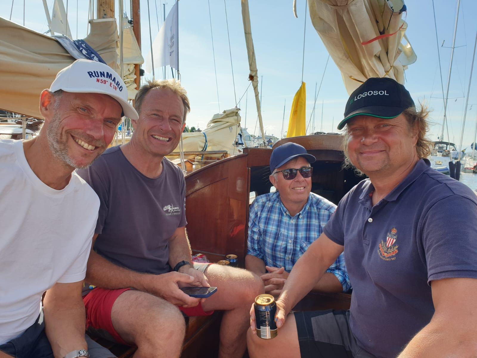 Besättningen, Magnus S, Magnus W, Joakim sam PG efter seglingen.   Foto ©Katarina Swahn