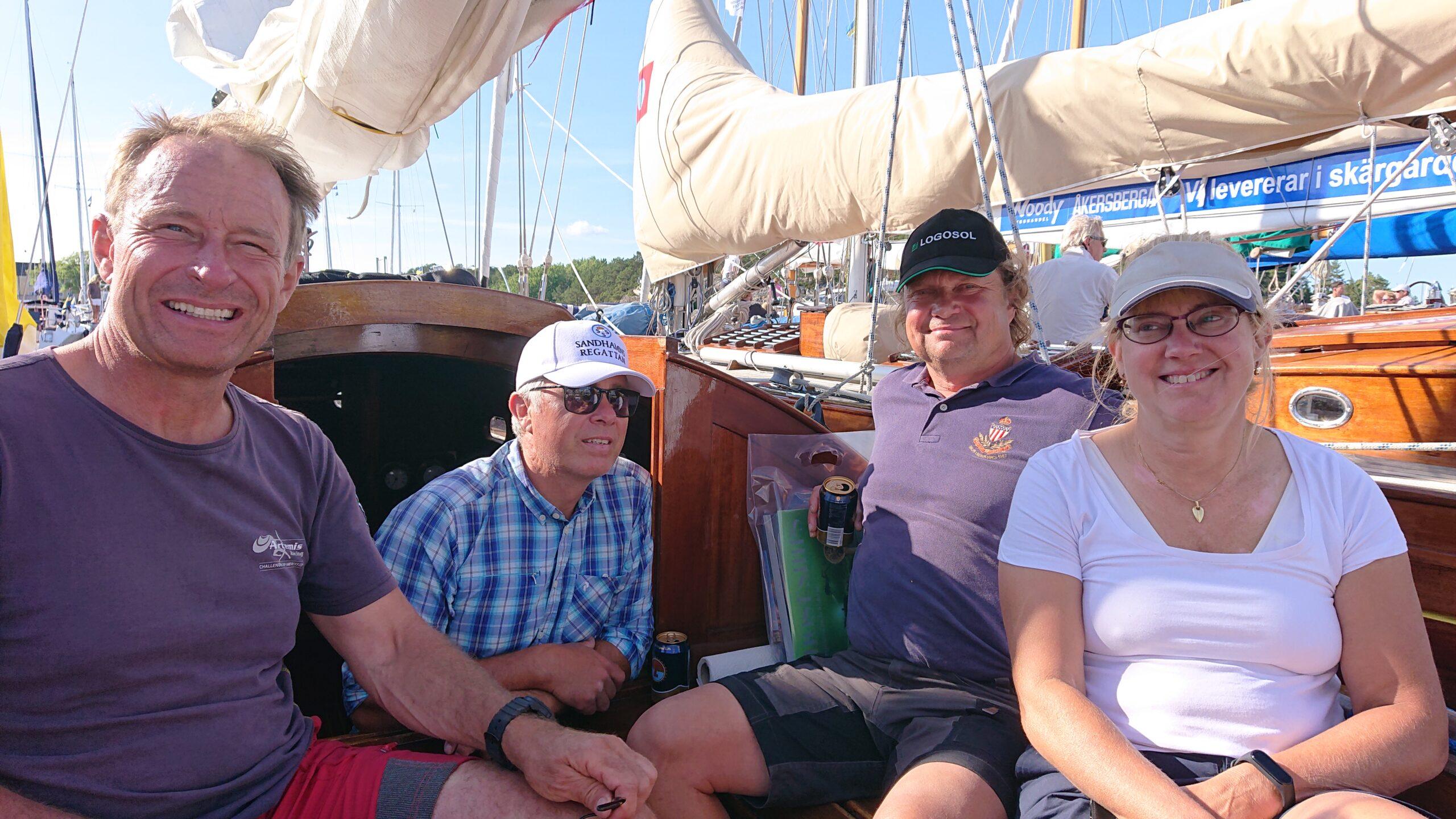 Besättningen efter seglingen, Magnus W, Joakim, PG samt Katten.   Foto ©Magnus Swahn